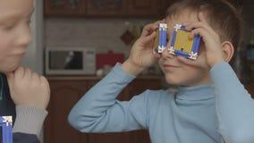 Vetri del gioco dei ragazzi dal progettista stock footage