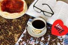 Vetri del libro e tazza di caffè Immagine Stock