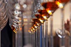 Vetri del primo piano con il supporto del cognac nella linea Sotto la vista, fuoco molle Brandy del whiskey di alcoolici di degus fotografia stock