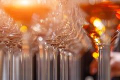 Vetri del primo piano con il supporto del cognac nella linea Sotto la vista, fuoco molle Brandy del whiskey di alcoolici di degus immagini stock libere da diritti