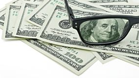 Vetri del primo piano sugli Stati Uniti 100 cento banconota in dollari o banconote isolate su fondo bianco Fotografia Stock