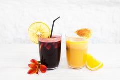 Vetri del succo d'arancia e della perforazione su fondo bianco Fotografia Stock Libera da Diritti