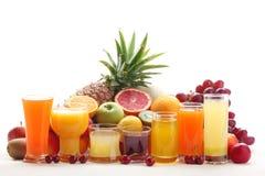 Vetri del succo di frutta con la frutta Immagine Stock