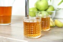 Vetri del succo di mele sulla tavola di legno Fotografia Stock