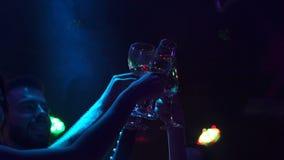 Vetri del tintinnio degli amici di champagne al partito archivi video