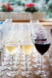 Vetri del vino bianco del champagne, vino rosso Vetri di vetro con le bevande colorate sulla tavola Immagini Stock