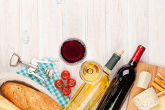 Vetri del vino rosso bianco e, formaggio e pane Fotografia Stock