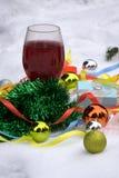 Vetri del vino rosso e palle di natale su neve Immagine Stock Libera da Diritti