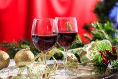 Vetri del vino rosso su neve Fotografia Stock