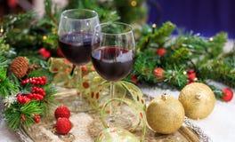 Vetri del vino rosso su neve Immagine Stock