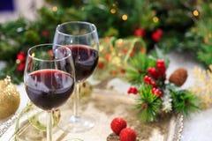 Vetri del vino rosso su neve Fotografie Stock