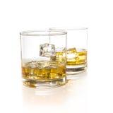 Vetri del whiskey con i cubetti di ghiaccio isolati Fotografie Stock Libere da Diritti