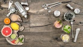 Vetri dell'agitatore della barra del cocktail delle bevande di frutta Disposizione piana Fotografie Stock
