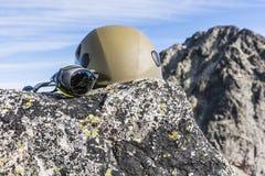 Vetri dell'alpinista e del ghiacciaio del casco Immagine Stock