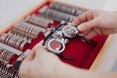 Vetri dell'esame degli occhi che sono presi dalla scatola fotografia stock