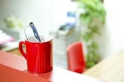 VETRI DELL'OCCHIO IN UNA TAZZA DA CAFFÈ Fotografie Stock