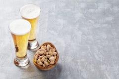 Vetri della birra chiara e pistacchi Fotografia Stock