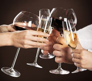 Vetri della holding della gente di vino bianco Immagini Stock