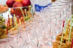 Vetri di Banquet.Wine sulla tabella Fotografia Stock