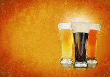 Vetri di birra dell'alcool sulla priorità bassa di struttura Immagine Stock