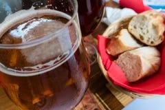 Vetri di birra e di pane sulla tavola in un bistrot a Strasburgo Fotografia Stock