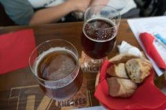 Vetri di birra e di pane sulla tavola in un bistrot a Strasburgo immagini stock