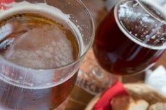 Vetri di birra e di pane sulla tavola in un bistrot a Strasburgo fotografie stock libere da diritti