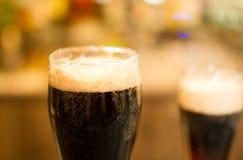 Vetri di birra scura immagine stock