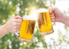 Vetri di birra tintinnanti Immagini Stock Libere da Diritti