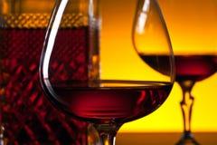 Vetri di brandy sui precedenti riflettenti Fotografia Stock Libera da Diritti