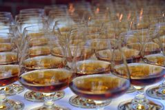 Vetri di Brendy riempiti di alcool Fotografie Stock Libere da Diritti