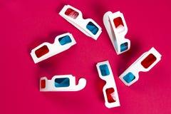 Vetri di carta 3d su un fondo rosa Concetto della pellicola Cinema in 3d Fotografie Stock