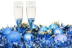 Vetri di champagne alle decorazioni blu di Natale Immagini Stock