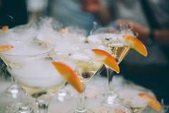 Vetri di Champagne Champagne dello scorrevole di nozze per la sposa e lo sposo all'aperto Vetri variopinti di nozze con champagne Immagini Stock