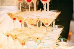 Vetri di Champagne Champagne dello scorrevole di nozze per la sposa e lo sposo Vetri variopinti di nozze con champagne Servizio d Fotografie Stock
