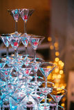 Vetri di Champagne Champagne dello scorrevole di nozze per la sposa e lo sposo Vetri variopinti di nozze con champagne Servizio d Immagini Stock Libere da Diritti