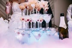 Vetri di Champagne Champagne dello scorrevole di nozze per la sposa e lo sposo Vetri variopinti di nozze con champagne Servizio d Fotografia Stock