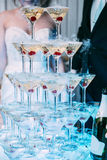 Vetri di Champagne Champagne dello scorrevole di nozze per la sposa e lo sposo Vetri variopinti di nozze con champagne Servizio d Immagini Stock