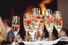 Vetri di Champagne che lamponi fotografia stock