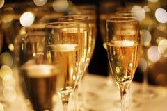 Vetri di champagne con fondo festivo fotografia stock libera da diritti