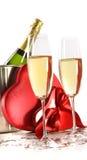 Vetri di Champagne con i regali del biglietto di S. Valentino su bianco Fotografia Stock Libera da Diritti