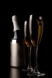 Vetri di champagne con i regali rossi del nastro Fotografia Stock Libera da Diritti