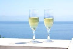 Vetri di Champagne con il fondo del mare Fotografie Stock
