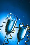 Vetri di champagne con il nastro riccio su luminoso Fotografia Stock Libera da Diritti