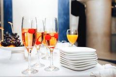 Vetri di champagne con le ciliege fotografia stock