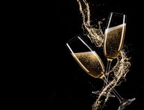 Vetri di champagne con spruzzata, tema di celebrazione Immagini Stock