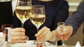 Vetri di champagne a disposizione stock footage