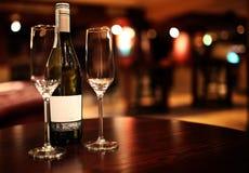 Vetri di Champagne e bottiglia di vino Fotografia Stock