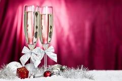 Vetri di Champagne e decorazione di natale immagine stock