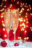 Vetri di Champagne e decorazione di natale Immagini Stock